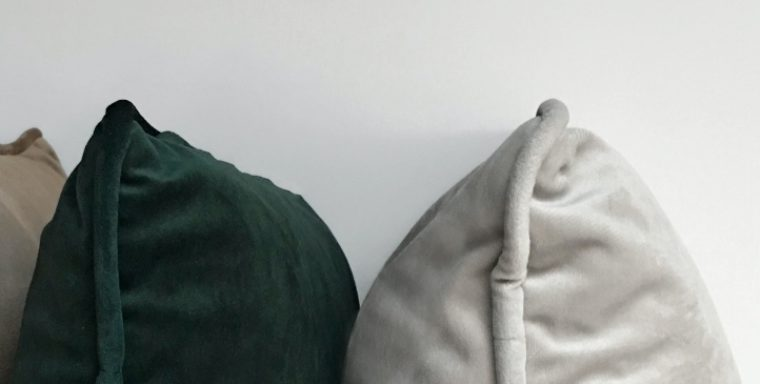 All The Pros and Cons of Sleeping Without a Pillow